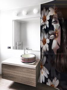panel szklany lazienka kobieta kwiaty